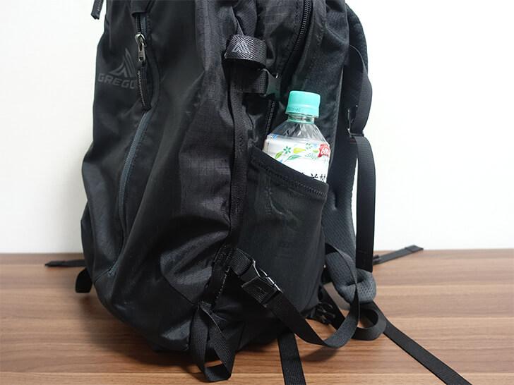 ペットボトルを収納できるサイドポケット
