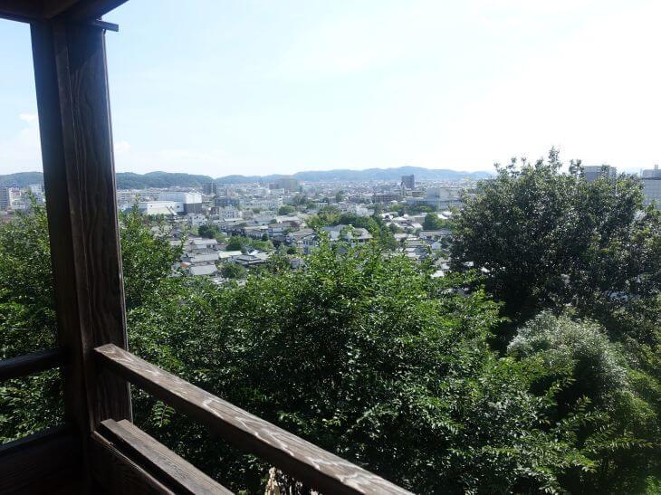 阿智神社から一望できる美観地区の写真