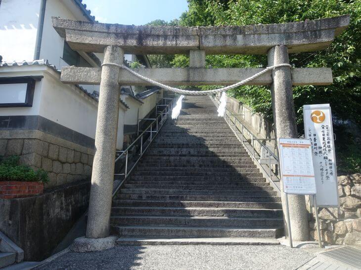 阿智神社の入り口と階段を撮影した写真