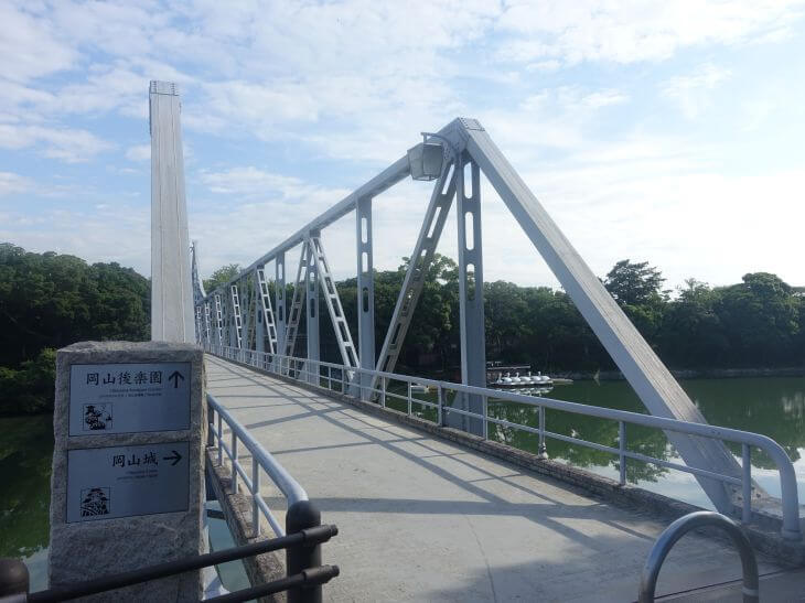 旭川の上に架かる月見橋を撮影した写真