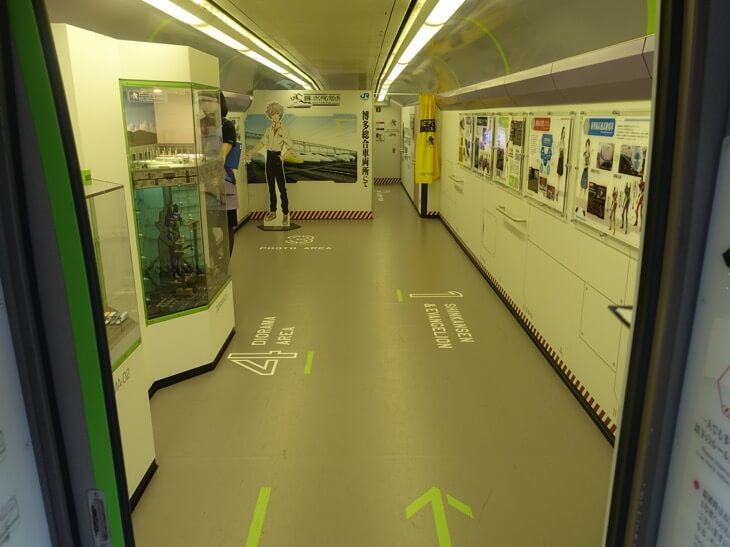 エヴァンゲリヲン新幹線の第一号車の全体を撮影した写真