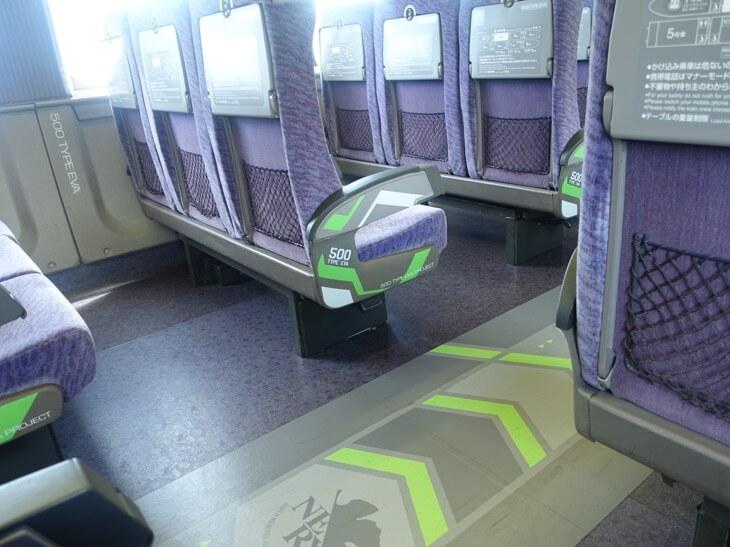ヱヴァンゲリヲン新幹線の第2号車の手すりの写真
