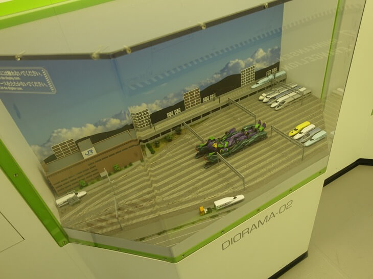 ヱヴァンゲリヲン新幹線の第一号車で展示されてる模型