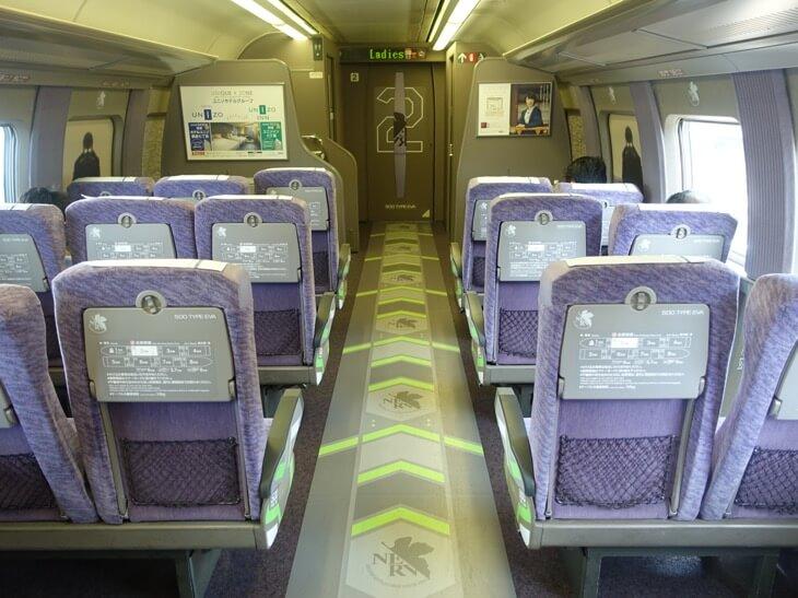 エヴァンゲリオン新幹線2号車の様子を撮影した写真