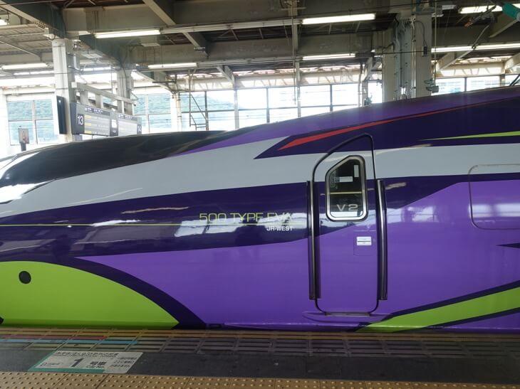 ヱヴァンゲリヲン新幹線を横から見た写真