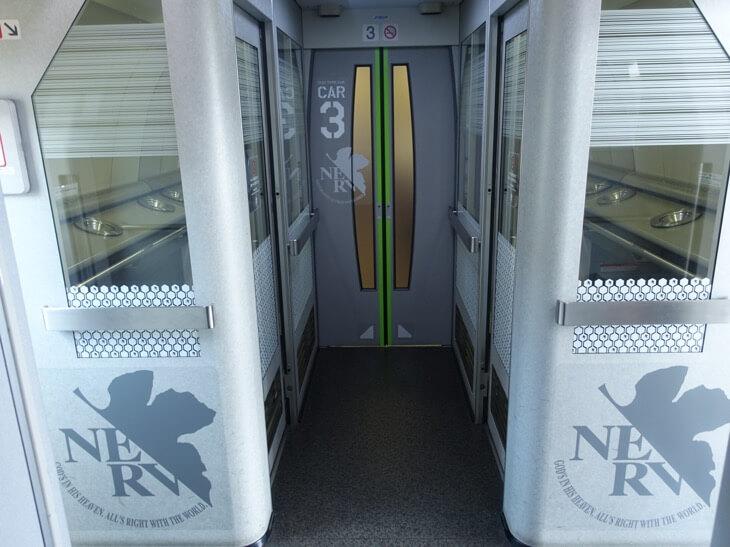 ヱヴァンゲリヲン新幹線の連絡通路にある喫煙ルームの写真