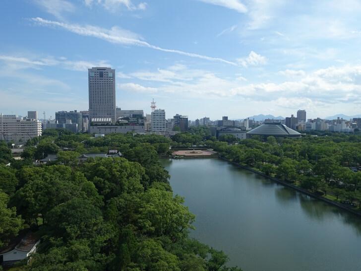 広島城から見た広島市の街並みの写真