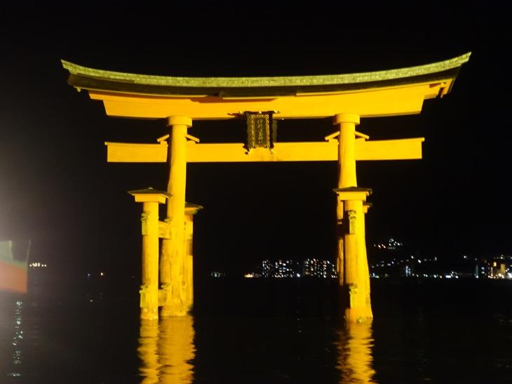 ライトアップされた厳島神社の大鳥居を間近で撮影した写真