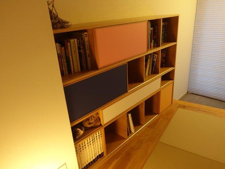 鹿庭荘の1階にある本棚の写真