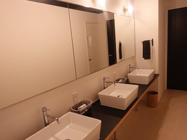 鹿庭荘のシャワールームにある洗面台の写真