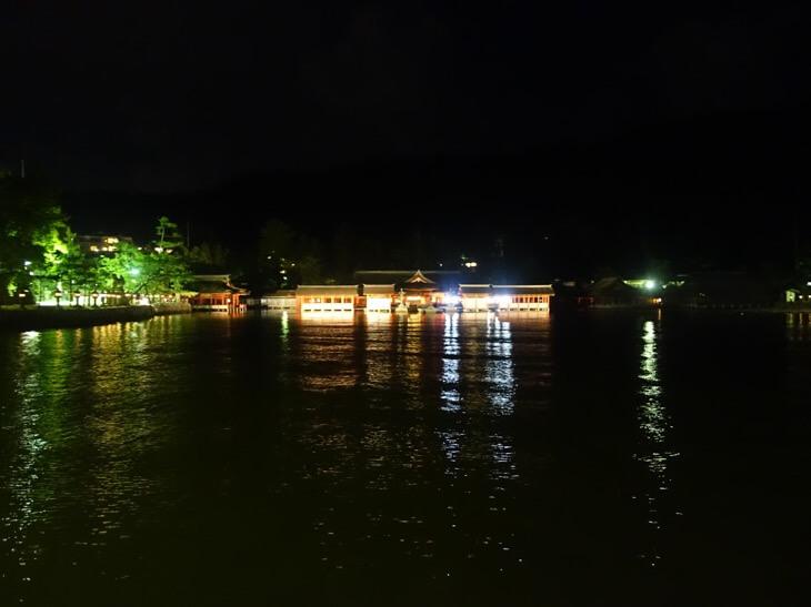 ライトアップされた厳島神社の本殿を撮影した写真