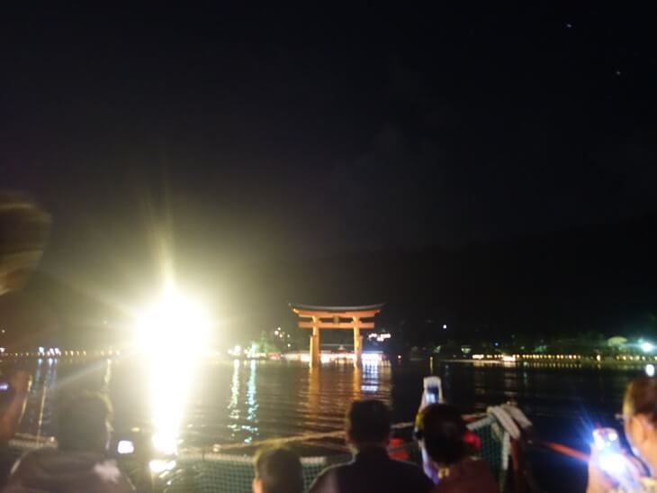 厳島神社の大鳥居を遠くから撮影した写真