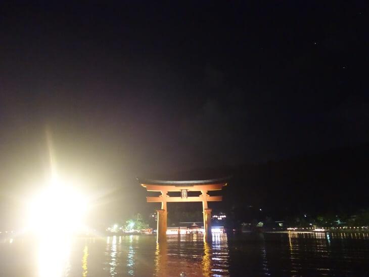 徐々に近づく厳島神社の大鳥居を撮影した写真その1