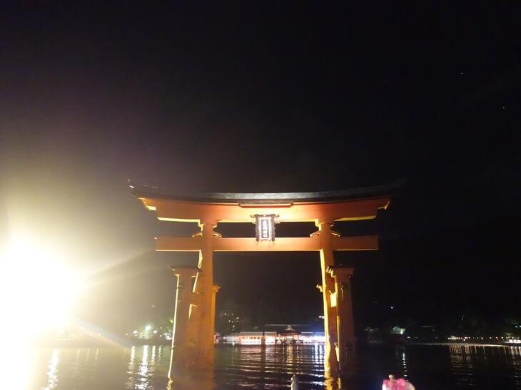 徐々に近づく厳島神社の大鳥居を撮影した写真その2