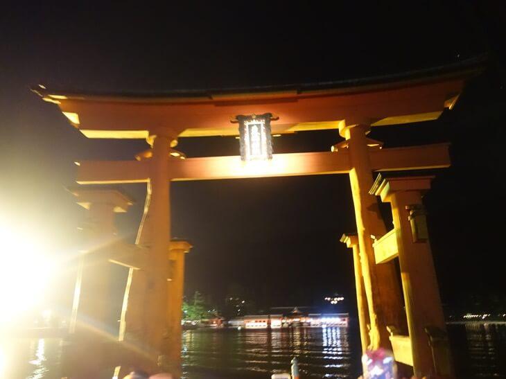 徐々に近づく厳島神社の大鳥居を撮影した写真その3