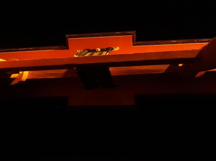 厳島神社の大鳥居を船で通過した瞬間を撮影した写真