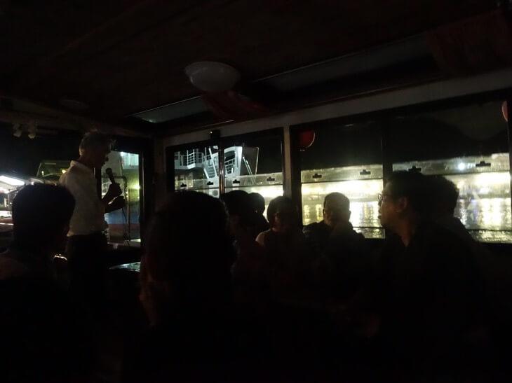 電気が消え真っ暗になる船内の様子を撮影した写真