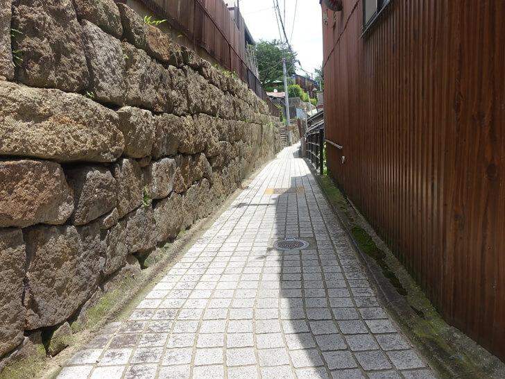 尾道の坂道を散策している様子を撮影した写真