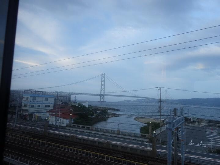 サンライズ出雲・瀬戸の車窓からみた明石大橋の写真