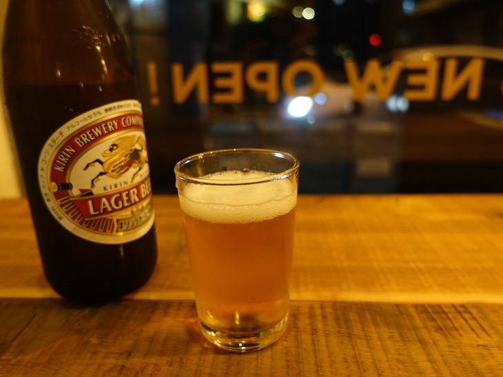 「「Y Pub &Hostel TOTTORI」のカウンターでビールを飲んでいる風景を撮影した写真