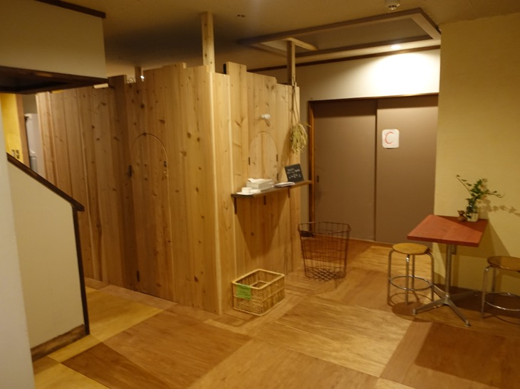 ワイパブアンドホステルトットリの2階のホステルスペースの写真