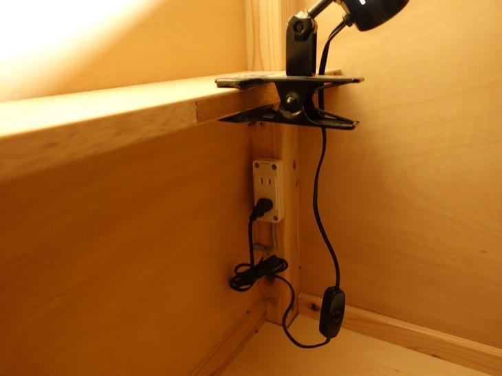 ワイパブアンドホステルトットリのベッド内の読書灯と電源コンセント