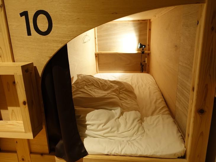 ワイパブアンドホステルトットリ2階にあるドミトリーのベッドの中写真