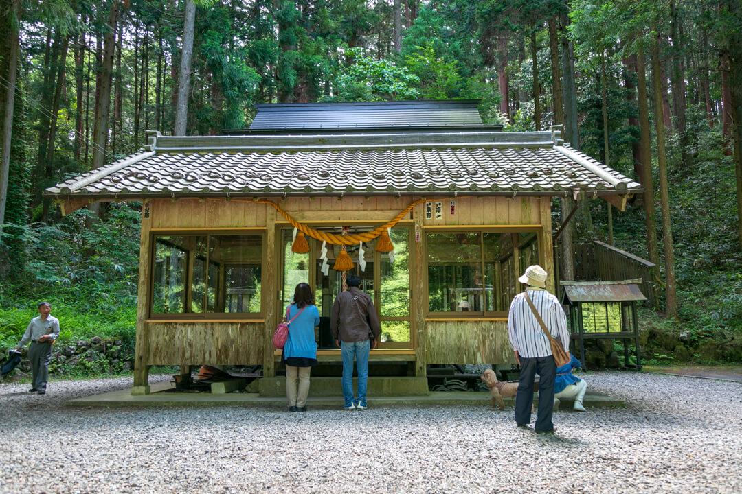 根道神社の賽銭箱の写真