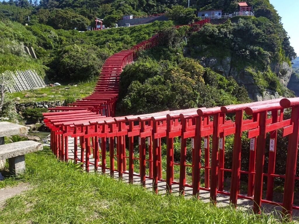 元乃隅稲成神社の鳥居を出口から見た写真