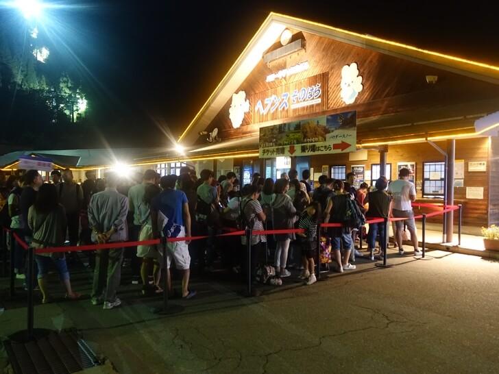 ゴンドラのチケットを買うために発券所の前に並ぶ観光客を撮影した写真
