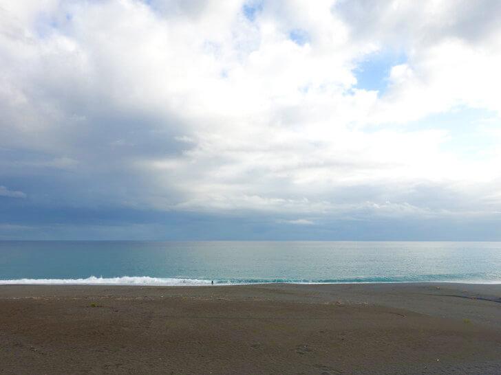 SEAHOUSEの近くにある海岸を撮影した写真