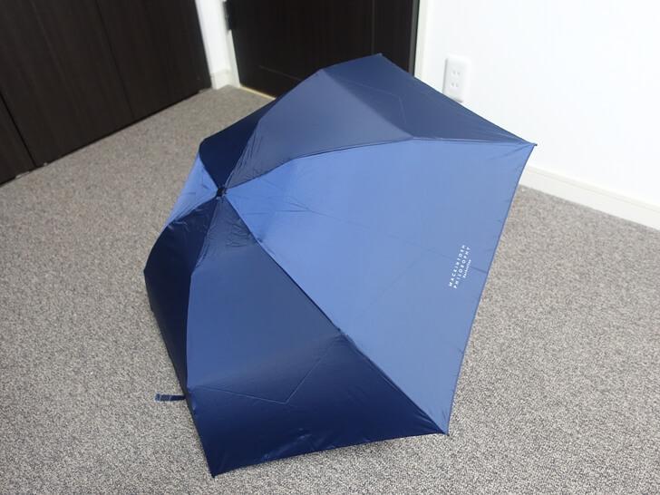 バーブレラの折りたたみ傘を開いた写真