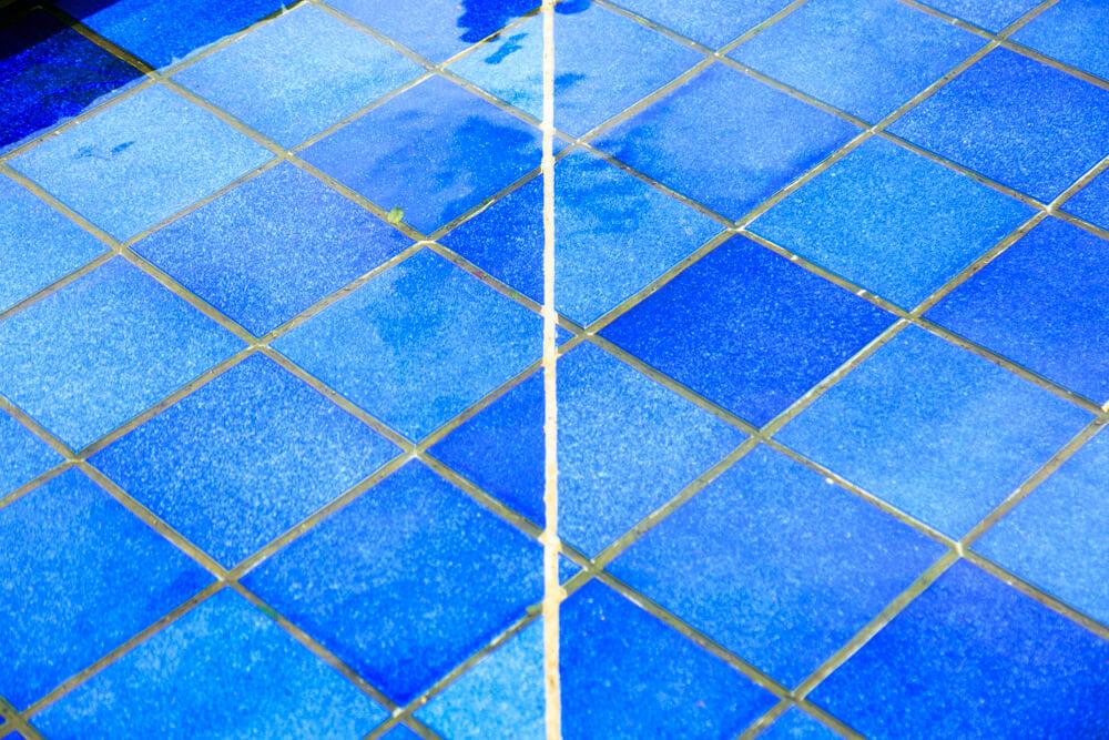 びわ湖テラスの青いタイルを撮影した写真