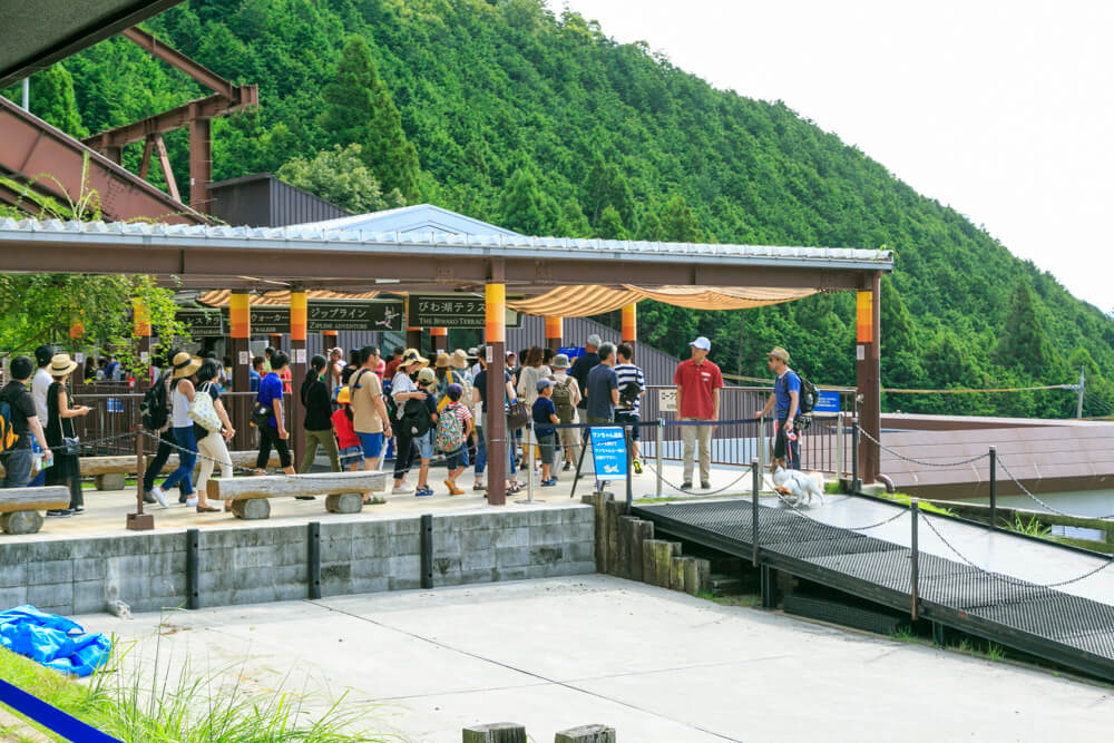 びわ湖バレイのロープウェイ乗り場に並ぶ観光客の写真