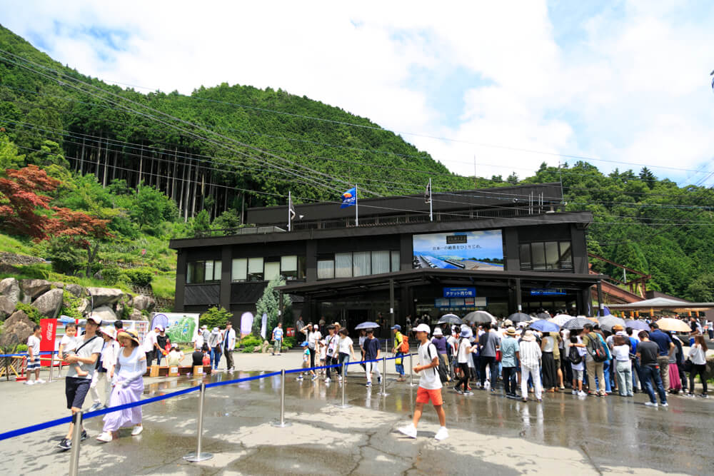 びわ湖バレイのチケット発売所とロープウェイ乗り場の写真