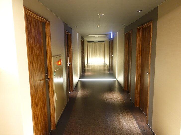 道後ややの宿泊フロアの廊下の写真