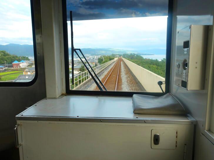 車窓から眺めた景色を撮影した写真