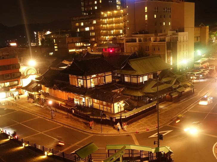 道後温泉本館を散歩道から撮影した写真