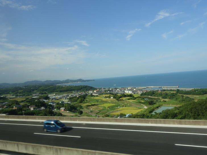 淡路島の町並みを高速バスから撮影した写真