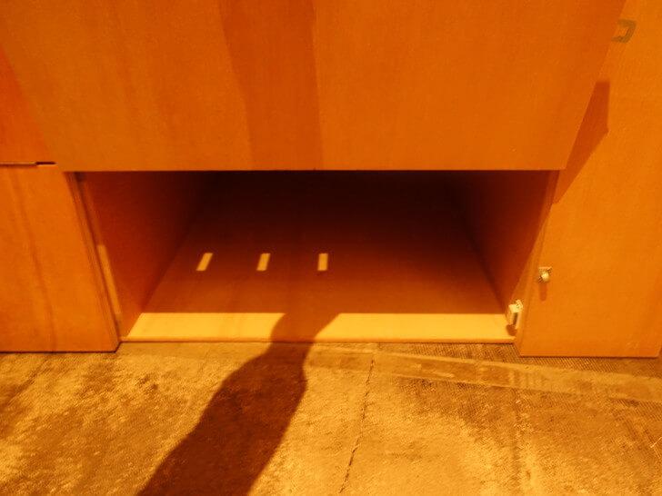 ベッド下の貴重品保管庫の写真