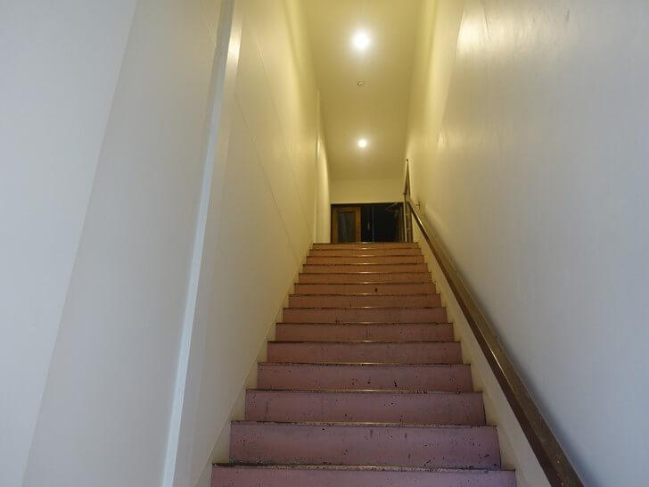 二階のドミトリールームへ上がる階段を撮影した写真