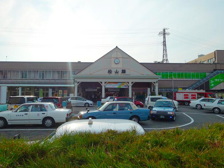松山駅の駅舎の写真