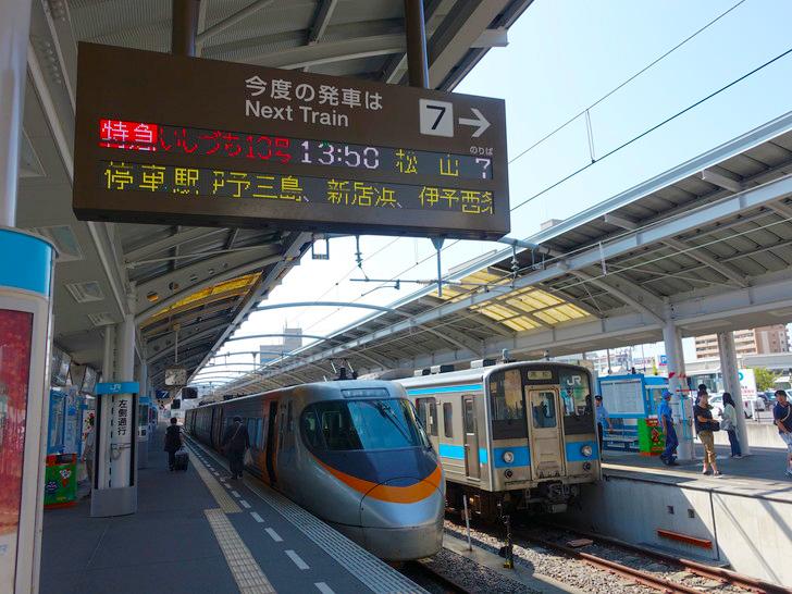 高松駅に停車する特急いづち10号の写真