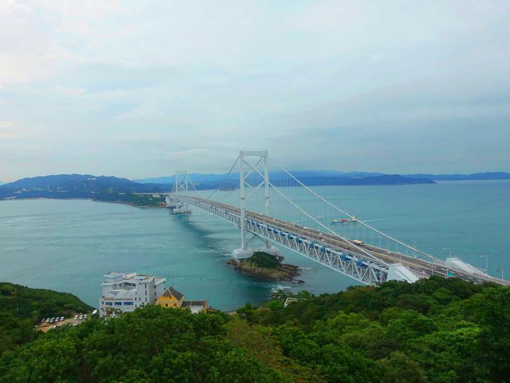 うず潮展望台から見た鳴門大橋の外観の写真