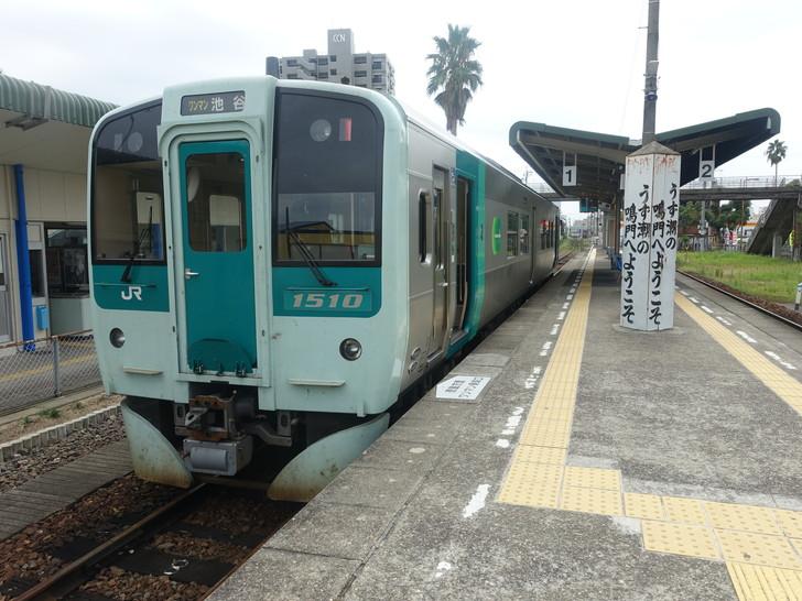 鳴門駅に停車する電車の写真