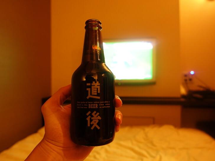 宿泊したホテルで道後の地ビールを飲んでいる写真