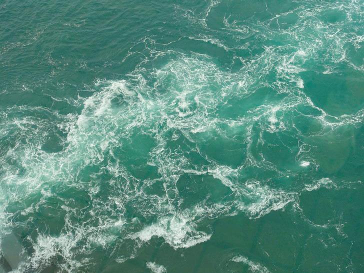 渦の道からみた渦潮の写真