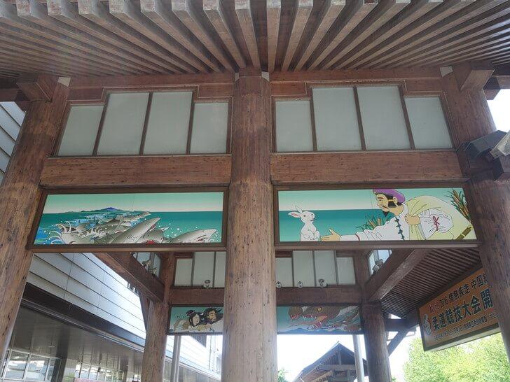 国引き神話が描かれる出雲市駅の外観の写真