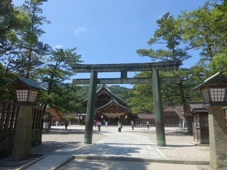 出雲大社の鉄の鳥居と松の参道の写真