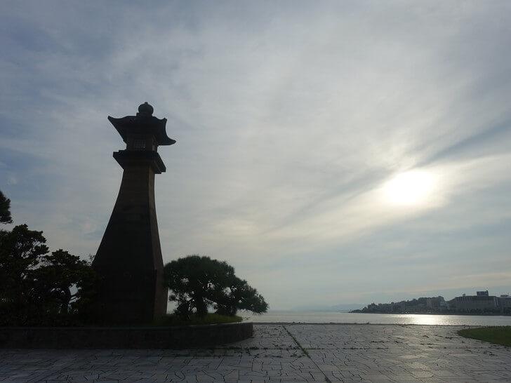 白潟公園にある青柳楼の大燈籠を撮影した写真